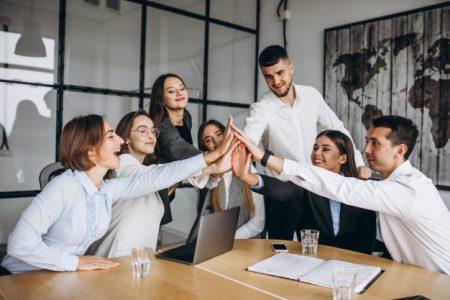grupo-personas-trabajando-plan-negocios-oficina_1303-15861